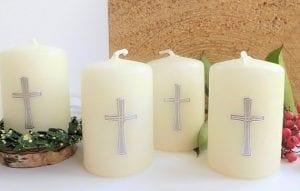 Klassische Taufdeko: Kerzen mit Kreuz